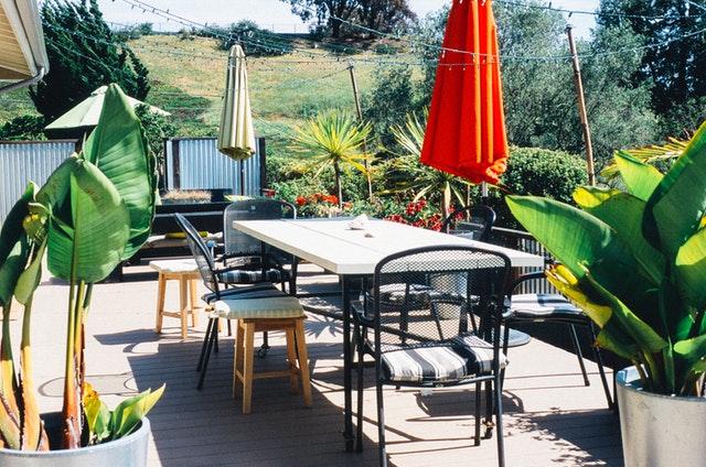 terasa so stolom a stoličkami.jpg