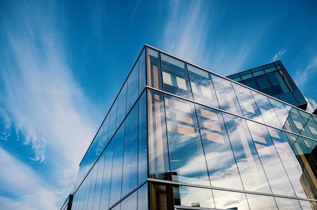 moderná presklená budova.jpg