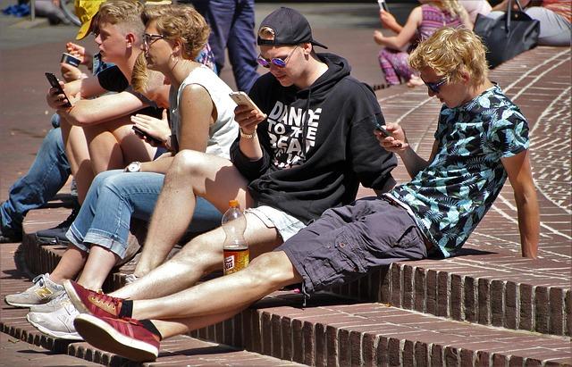 všetci sme závislí od mobilu.jpg