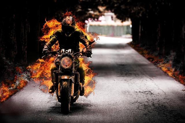 Jazdec na motorke, plamene.jpg