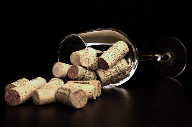 vínový pohár a korky.jpg