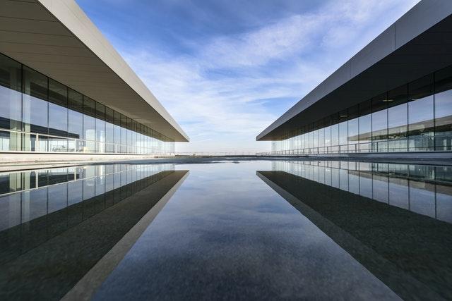 Moderná budova s presklenými stenami