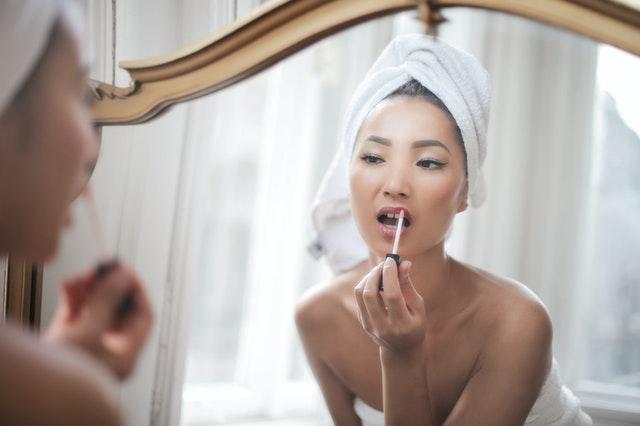 žena pri zrkadle