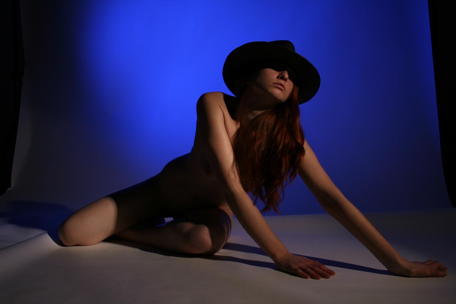 nahá modelka v klobúku